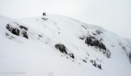 En la cima decidimos descender de forma directa...