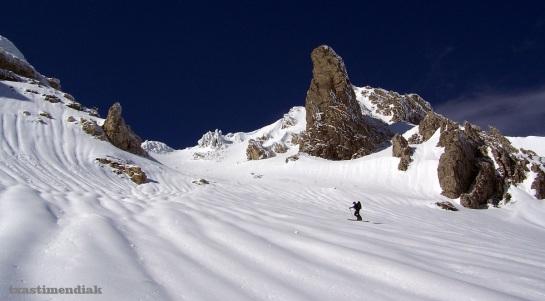 Llegando a la base de la vertiente este, remontando la canal que separa a Lakartxela del pico Keleta