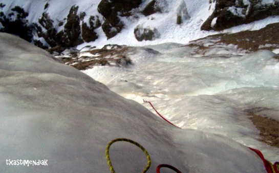 Amanece y los primeros 3 largos de hielo están bajo nuestros crampones...