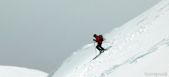 Iker ahora en la vertiente sur, con una nieve mucho más pesada...