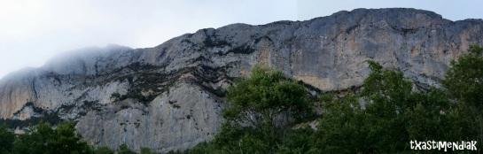 Vista general del conglomerado de Meano con las impresionantes paredes de Peña Alta a la derecha...