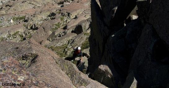 """Alfredo pasando por debajo del diedro vertical en el L10. Comenzando la """"rampa-diedro""""..."""