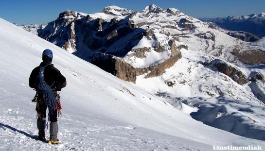 Disfrutando del paisaje. Al fondo la Brecha, Torre de Marboré, Marboré, Perdido,...