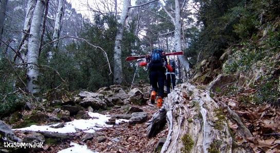 Por el camino del bosque: unos 400 m de desnivel, hasta los 1.700 m aprox.
