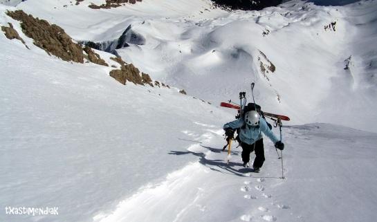 Ximena y Joni alcanzando el collado del Pico Otal...