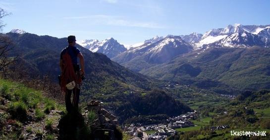 Alfredo disfruta de una mañana soleada...aun queda nieve en el Piri que se resiste a marcharse...