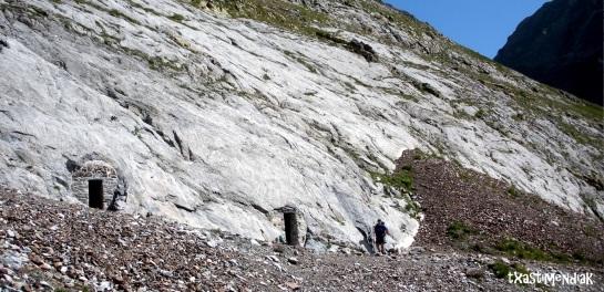 Iker pasando por delante de las cuevas de Bellevue...