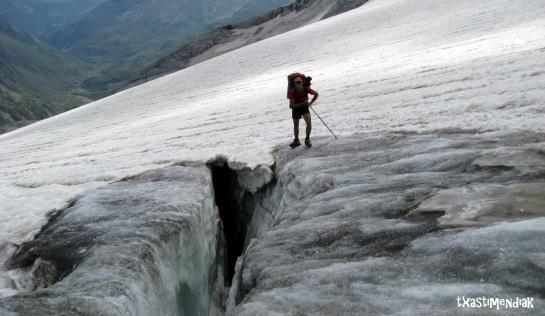 Un glaciar en retroceso que aun mantiene grietas profundas...