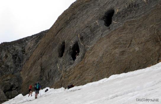 El glaciar ha bajado tanto que subir a las cuevas requiere una pequeña escalada...