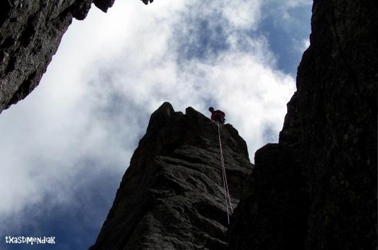 Descendemos en un corto rápel para continuar escalando...