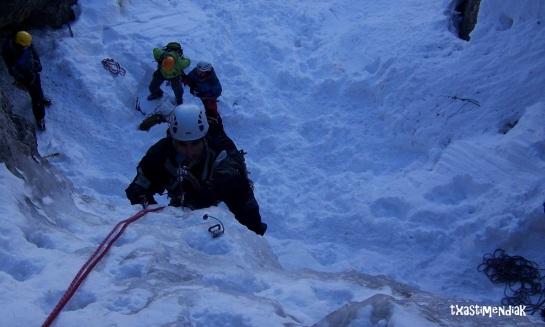 Oskar Hierro templando el hielo...