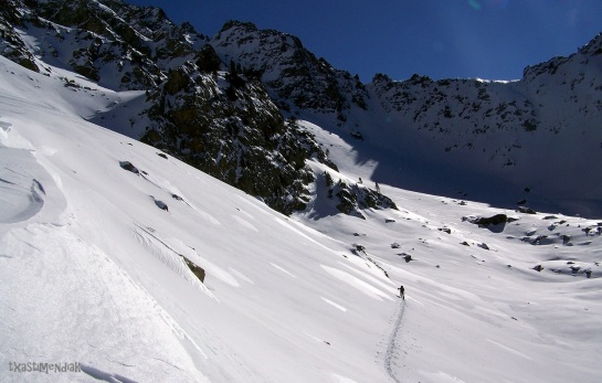 Después de remontar parte del valle, realizamos un flanqueo en descenso antes de encontrar la escurridiza vertiente oeste del pic Allemand...