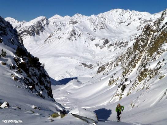 Al fondo un horizonte interminable de posibilidades para el eski de montaña...