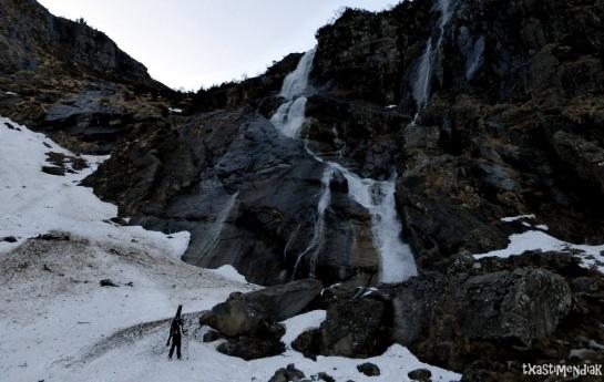 Alcanzando la cascada de Nérech, todavía con los esquis a la txepa...
