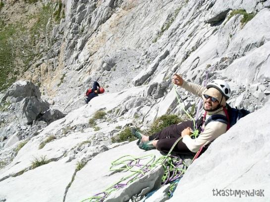Joni durante la escalada...eran otros tiempos, está claro!!