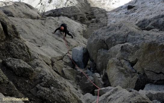 Txus en el primer largo: un poco cerdete por las caídas de piedras...