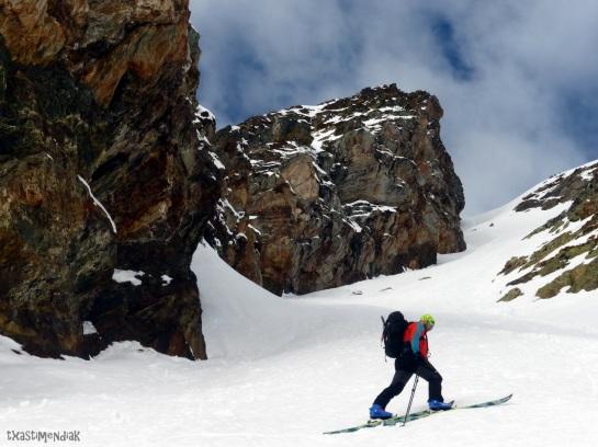 Rubén López empieza con entusiasmo el ascenso con los esquís...