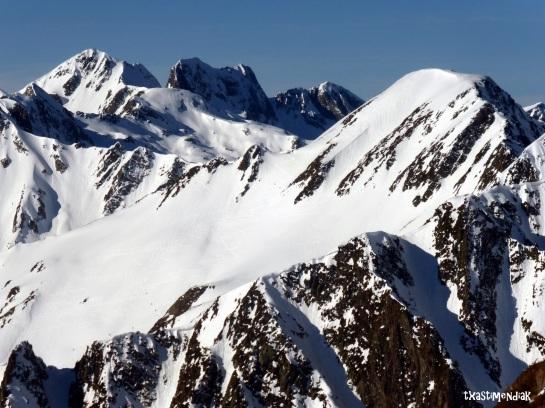 Desde el colladito antes de enfilar la arista, podemos ver el Pic de Barbe y sus amplias rampas que conducen hasta el valle...