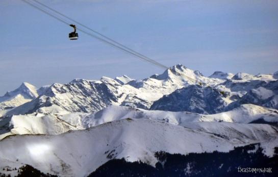 Mientras, otros en el teleférico disfrutan de las vistas...y el Ariège soleado al fondo...