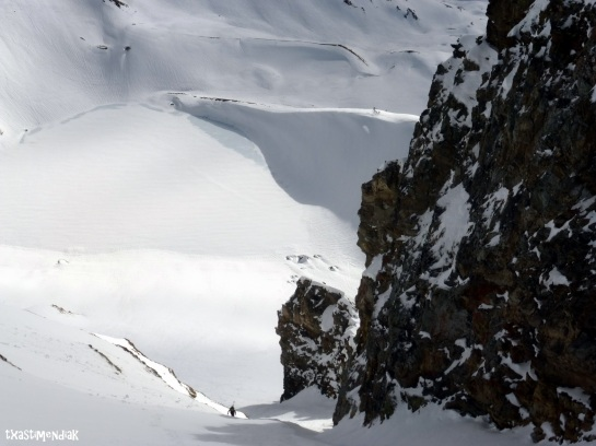 Voy ganando altura y Rubén se va quedando en las profundidades de la nieve...
