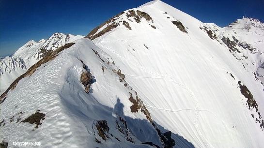 Unos metros antes de la cima, la canal central es evidente y nos invita a bajarla...