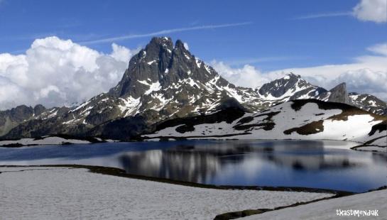 Lago Gentau con la Jean-Pierre fardando de silueta