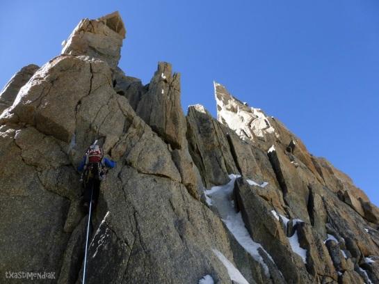 Kiri escalando un zócalo previo a la Pointe Carmen (a la derecha)...