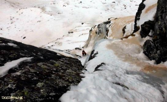 Una miradita para abajo, después de subir con los esquís a la txepa...