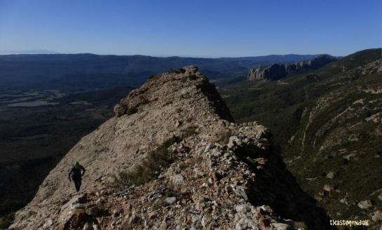 Comienza el descenso...continuamos la vira herbosa desde la misma cima de la Peña Calva...