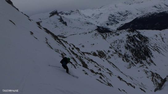 Comenzamos el descenso...Aitor gestionando con la fijación partida!!