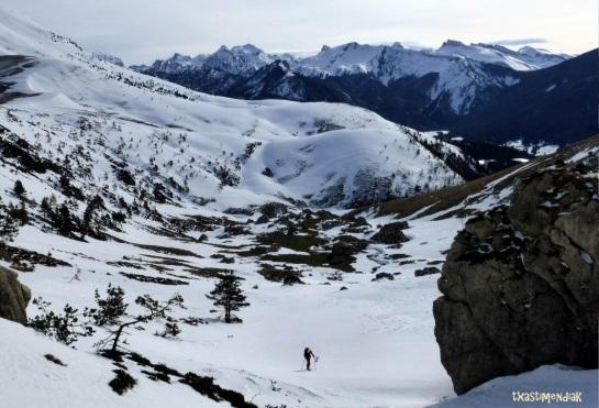 Remontando el vallecito, de camino al collado de Ginbeleta...