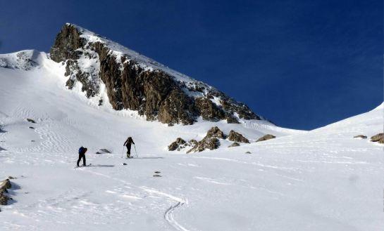 Antes de llegar al collado de Ginbeleta continuamos por las amplias rampas de la vertiente noreste...